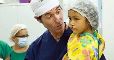 Dinho-Ouro-Preto-com-uma-crianca-que-participou-da-Operacao-Sorriso-Foto-Divulgacao