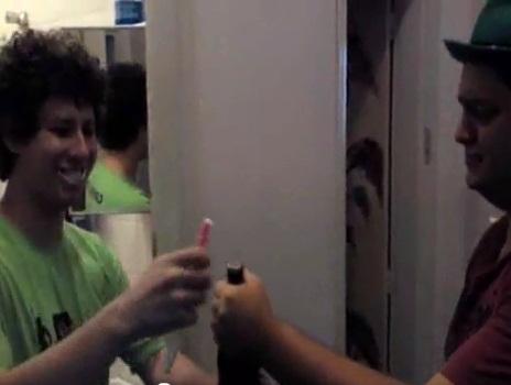 Escova de dentes que abre garrafas
