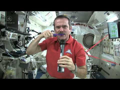 Aprenda a escovar os dentes no espaço