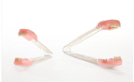 Dentadura no meio da macarronada