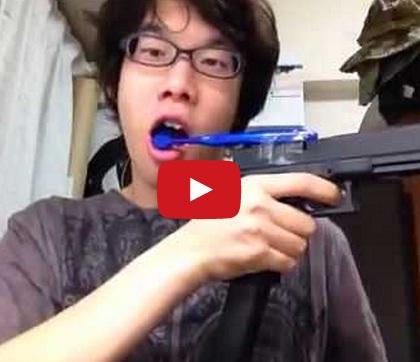 Escovando os dentes com uma pistola automática